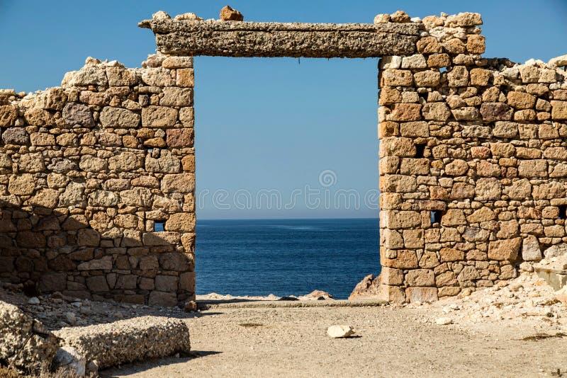 Vista del behaind cristalino del agua las ruinas en la isla de los Milos fotos de archivo libres de regalías