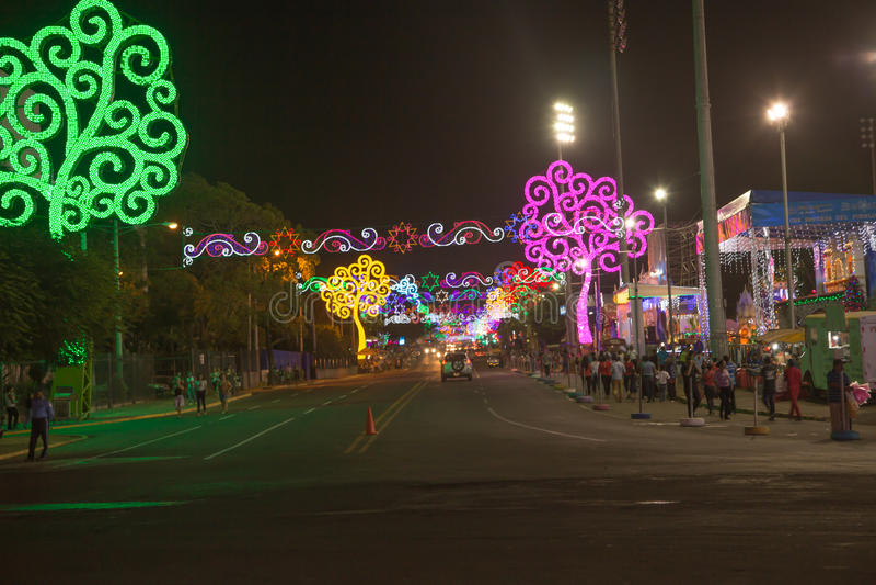 Vista del Bolivar di Avenida alla notte con gli alberi del ` s di vita da Managua immagini stock
