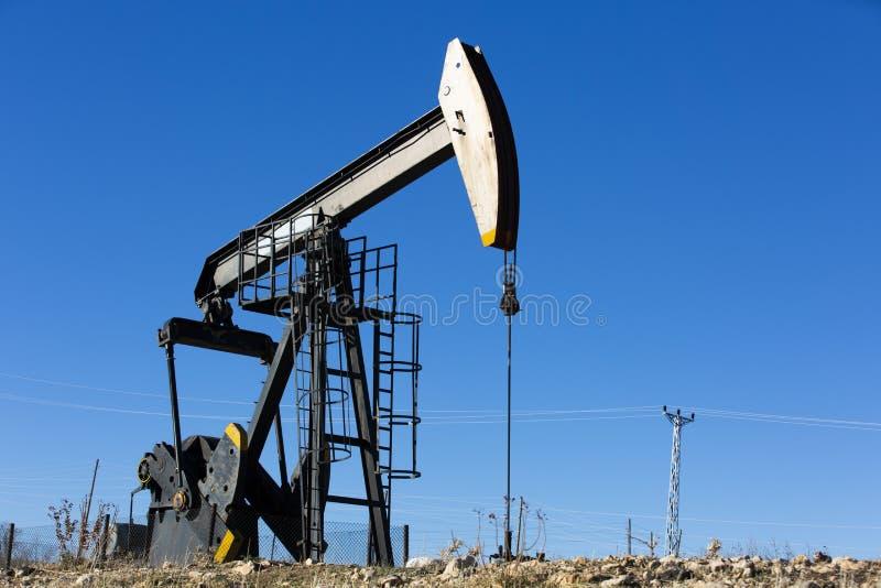 Vista del bombeo de petróleo en la industria del aceite de Daylight fotos de archivo
