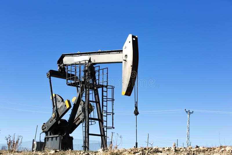 Vista del bombeo de petróleo en la industria del aceite de Daylight imagen de archivo