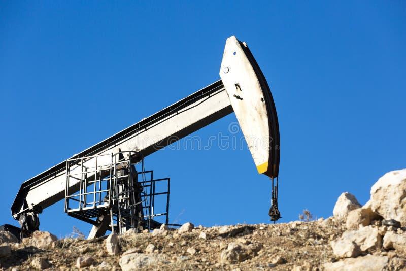 Vista del bombeo de petróleo en la industria del aceite de Daylight imagen de archivo libre de regalías