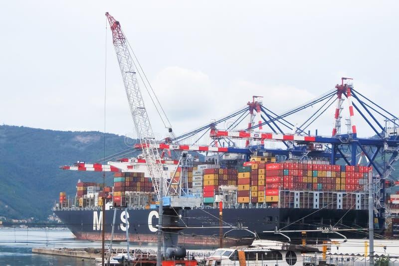 Vista del buque de carga con los envases a bordo el puerto comercial de La Spezia foto de archivo libre de regalías
