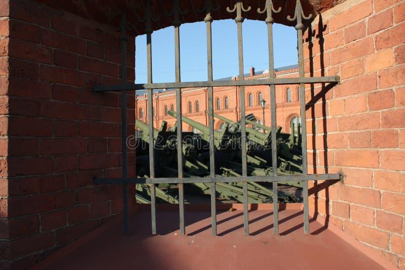 vista del cañón en el patio del museo de armas de Petersburgo imágenes de archivo libres de regalías