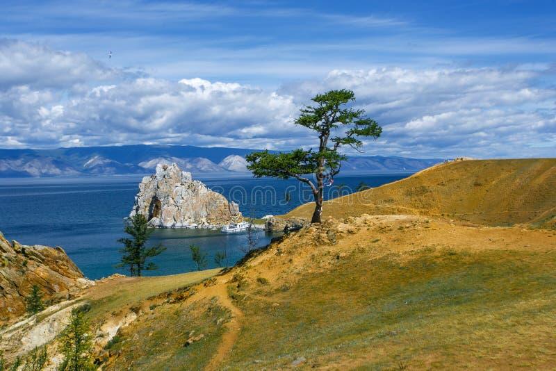 vista del cabo Burkhan, isla Olkhon de Shamanka de la montaña foto de archivo