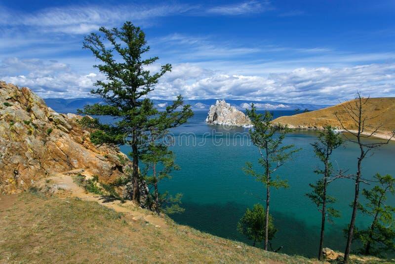 vista del cabo Burkhan, isla Olkhon de Shamanka de la montaña imagen de archivo