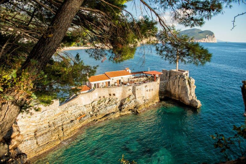 Vista del cabo rocoso en la ciudad de vacaciones de Petrovac Paisaje mediterráneo hermoso en el día soleado, Montenegro imágenes de archivo libres de regalías