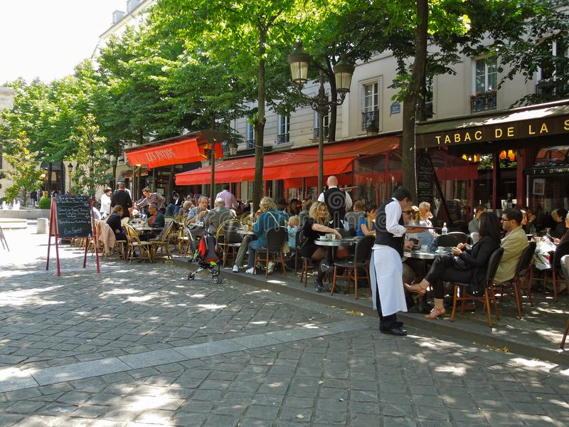 Vista del café típico de la acera de París fotos de archivo