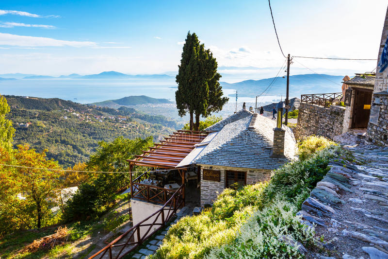Vista del caffè e della via al villaggio di Makrinitsa del Pelio, Grecia fotografia stock