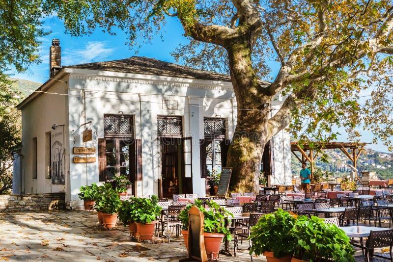 Vista del caffè e della via al villaggio di Makrinitsa del Pelio, Grecia immagini stock