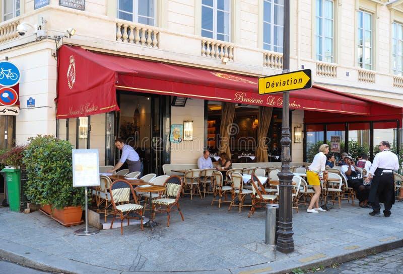 Vista del caffè francese tipico Bourbon situato vicino ad assemblea nazionale francese a Parigi, Francia fotografia stock libera da diritti