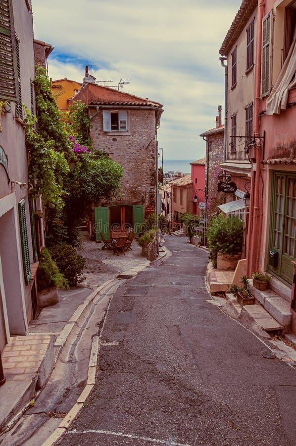 Vista del callejón con las casas en el Haut-de-Cagnes, un pueblo agradable encima de una colina, cerca de Niza fotos de archivo