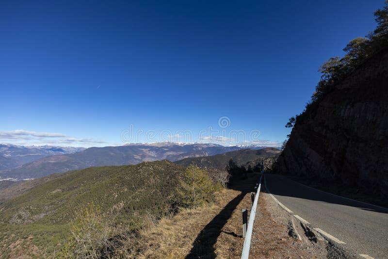 Vista del camino de la montaña vista con la barandilla imagen de archivo libre de regalías