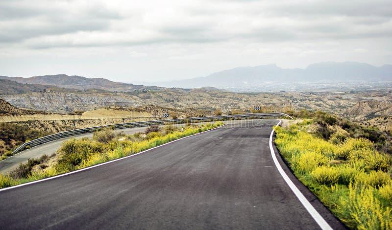 Vista del camino de la montaña cubierta en niebla imagen de archivo libre de regalías