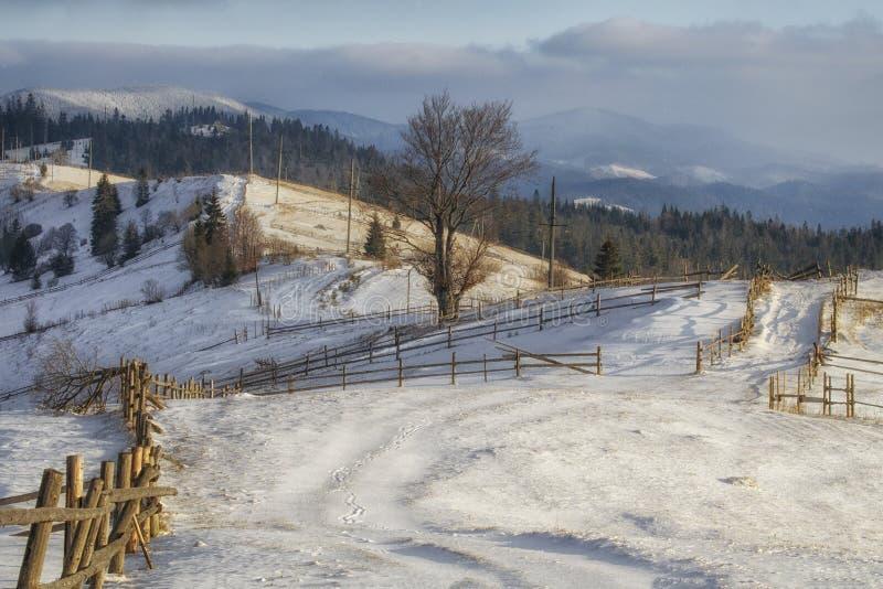 Vista del camino de la montaña que estira a lo largo de las montañas imagen de archivo libre de regalías