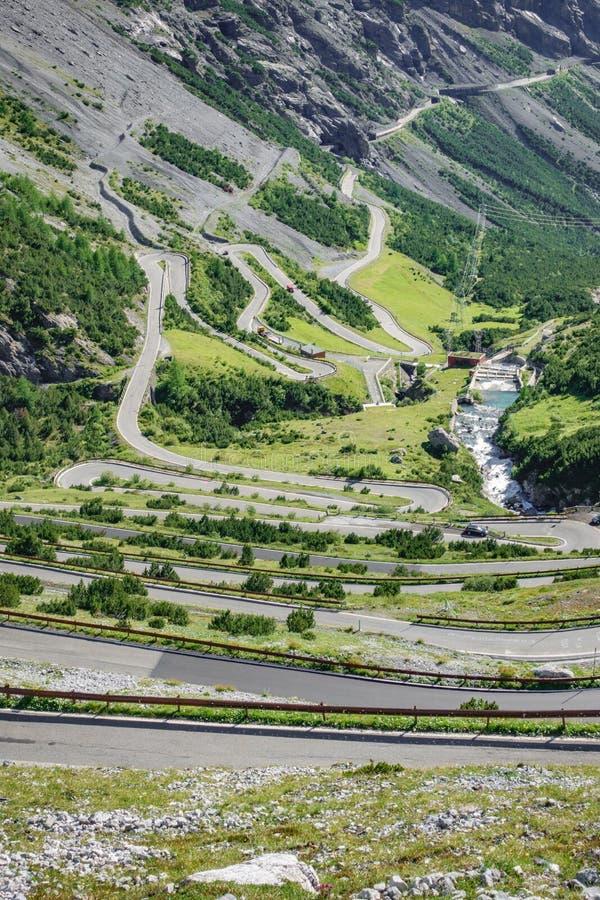 Download Vista Del Camino Serpentino, Stelvio Pass De Bormio Foto de archivo - Imagen de nubes, serpentina: 100526786