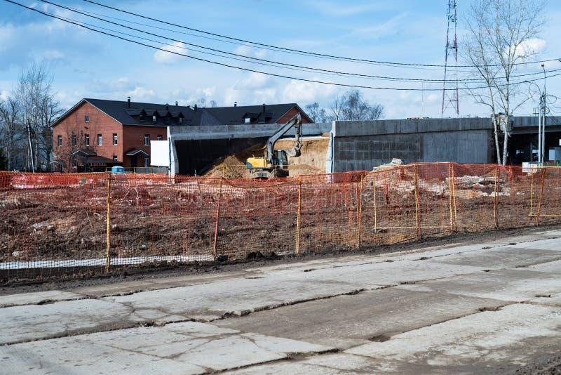 Vista del camino temporal y la construcción de un nuevos camino y puente imagenes de archivo