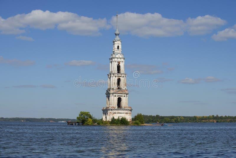 Vista del campanario de St Nicholas Cathedral en el depósito de Uglich Kalyazin foto de archivo