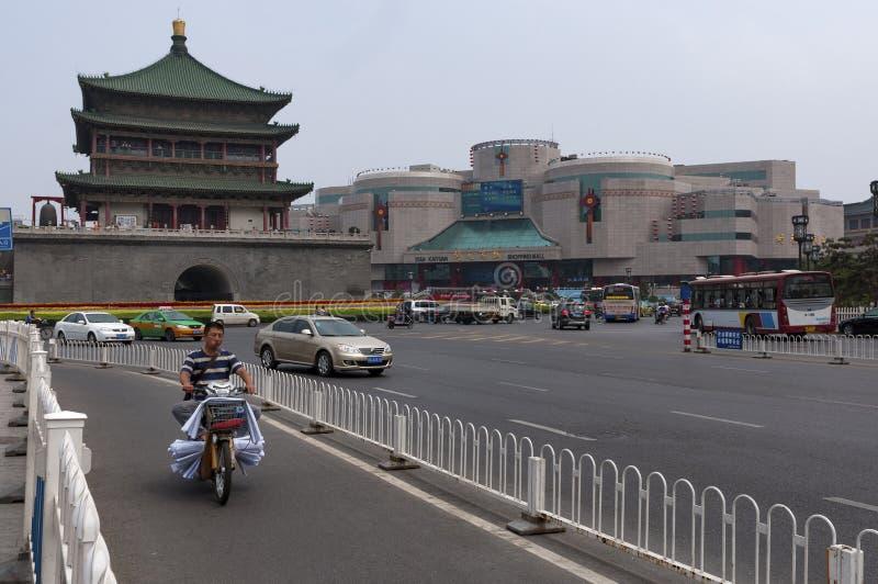 Vista del campanario y del tráfico en la ciudad de Xian en China imágenes de archivo libres de regalías