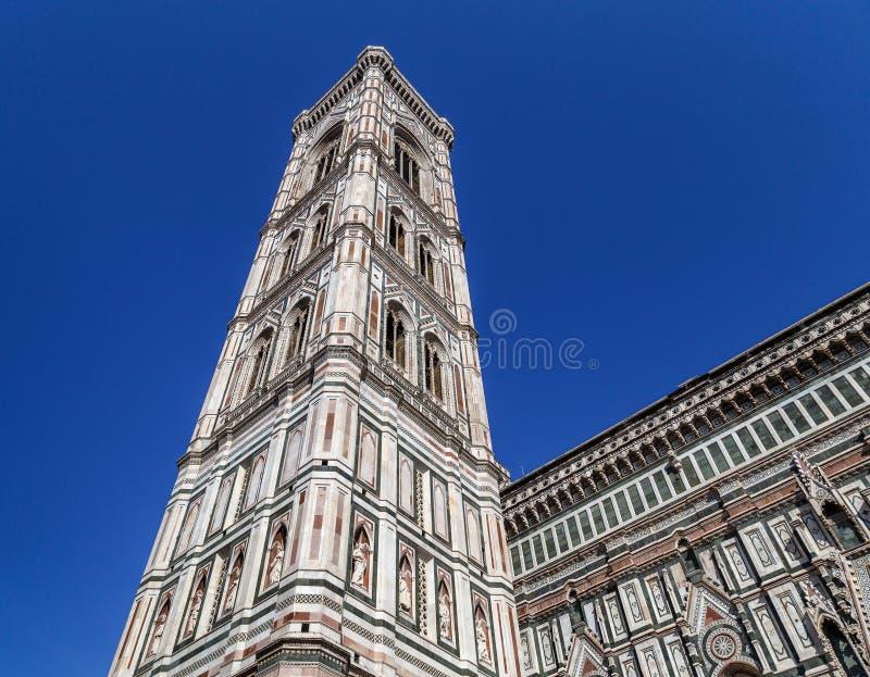Vista del campanile del ` s di Giotto dal quadrato di Santa Maria del Fiore immagini stock