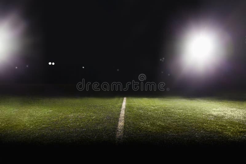Vista del campo de fútbol en la noche foto de archivo
