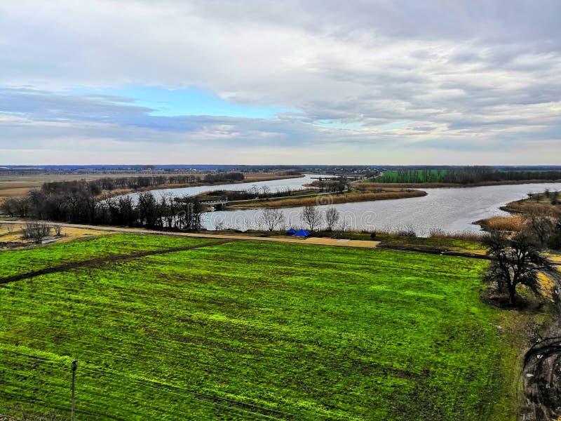 Vista del campo y del río verdes, mañana de la primavera imagenes de archivo