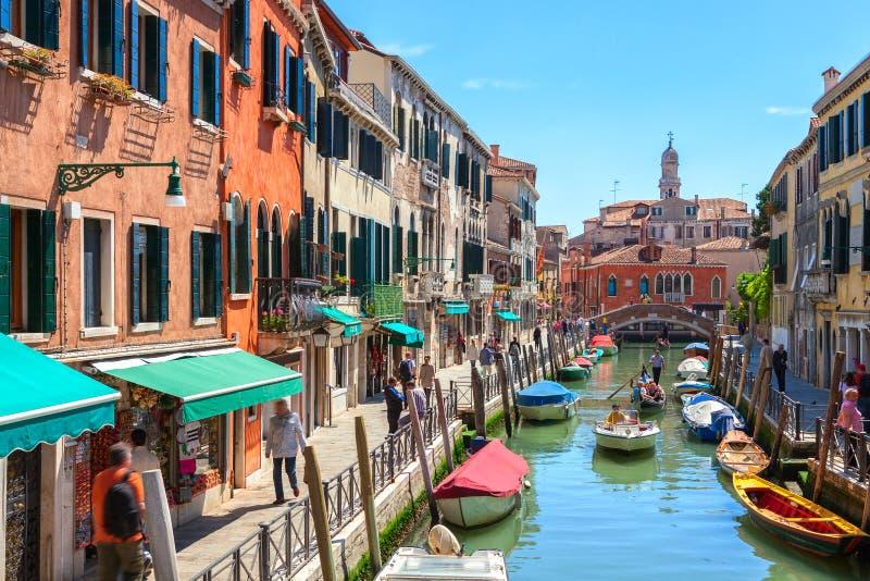 Vista del canal colorido Rio del Malcanton en Venecia en una mañana soleada, Italia imagen de archivo