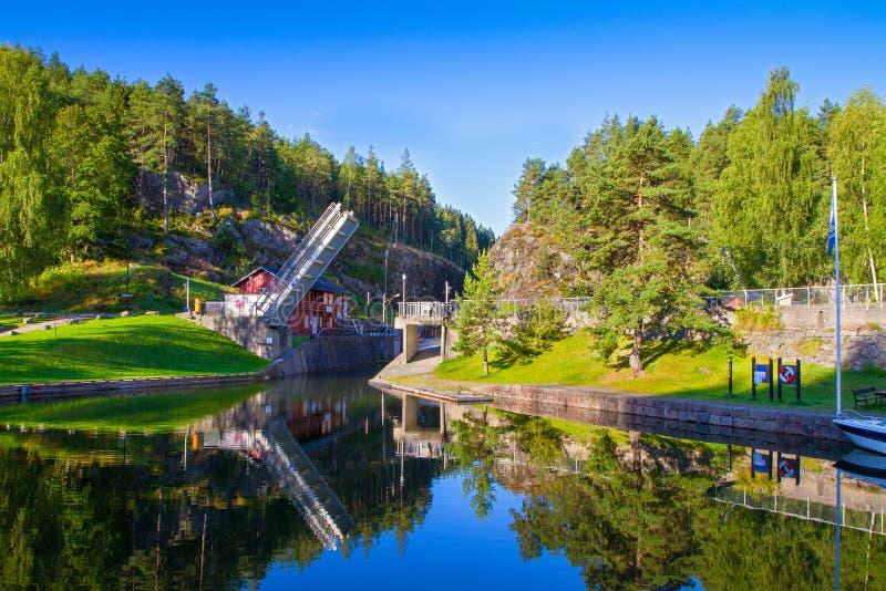 Vista del canal con las cerraduras viejas - atracción turística de Telemark en Skien, Noruega imágenes de archivo libres de regalías