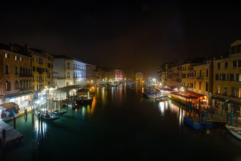 Vista del canal de Gran de Venecia por noche, Venecia Venezia, Italia imagenes de archivo