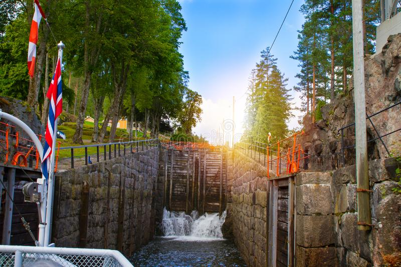 Vista del canale con le vecchie serrature - attrazione turistica di Telemark in Skien, Norvegia fotografie stock