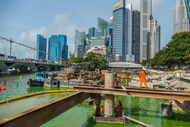 Vista del cantiere contro la città moderna a Singapore fotografia stock libera da diritti