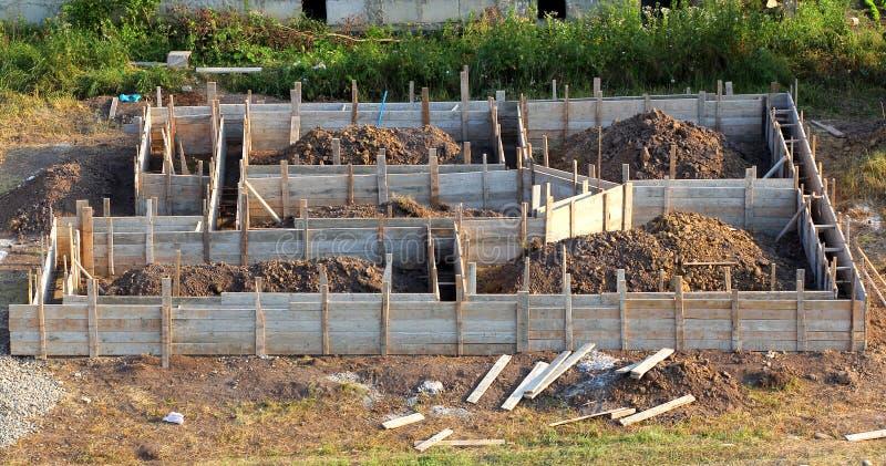 Vista del cantiere e del fondamento di legno della casa in prepara fotografia stock libera da diritti