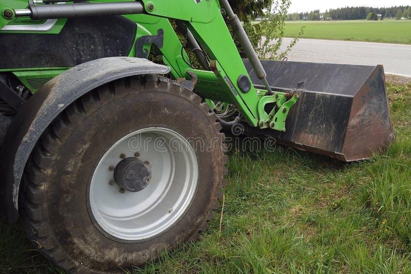 Vista del caricatore anteriore e anteriore della ruota del trattore fotografia stock libera da diritti