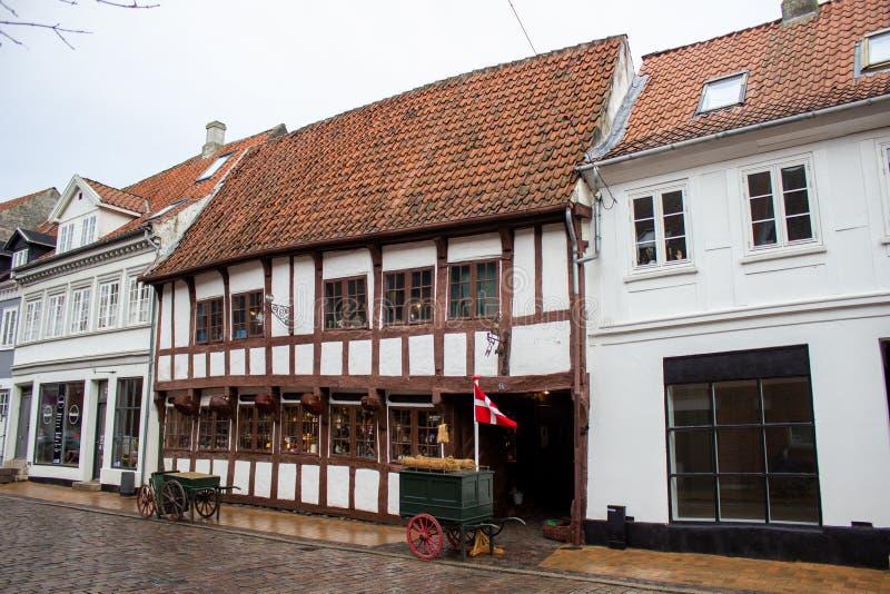 Vista del casco antiguo con hermosas casas coloridas durante un día de otoño en Aarhus Oso Dinamarca imagen de archivo libre de regalías