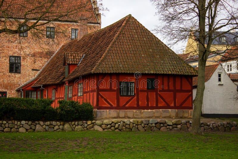 Vista del casco antiguo con hermosas casas coloridas durante un día de otoño en Aarhus Oso Dinamarca foto de archivo