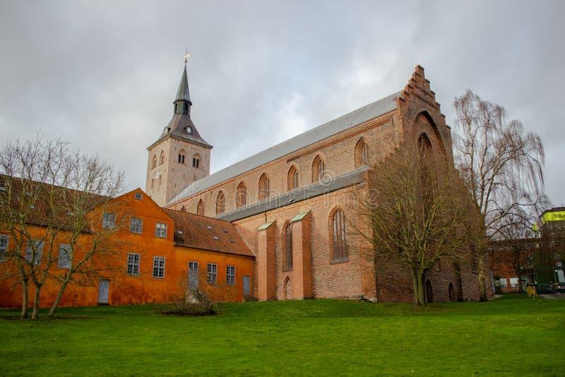 Vista del casco antiguo y la catedral con hermosas casas coloridas durante un día de otoño en Aarhus Oso Dinamarca fotografía de archivo libre de regalías