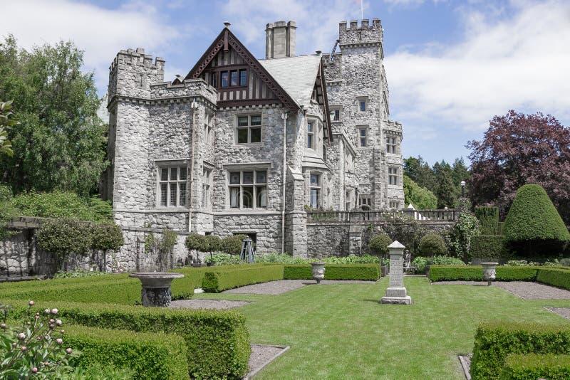 Vista del castello di Hatley dal giardino giapponese immagini stock libere da diritti
