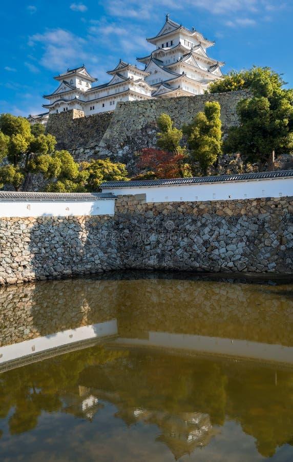 Vista del castello di Himeji in autunno riflesso in acqua dello stagno fotografie stock libere da diritti