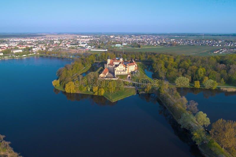 Vista del castello di Nesvizh, rilevamento aereo di panorama di mattina belarus fotografia stock