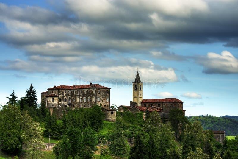 Vista del castello e della chiesa della vendita San Giovanni fotografie stock libere da diritti