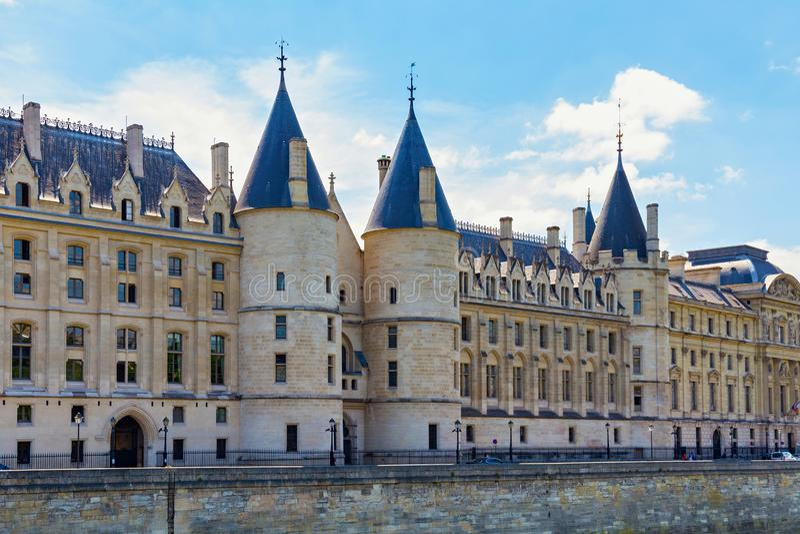 Vista del castillo de Conciergerie en París, Francia fotos de archivo libres de regalías