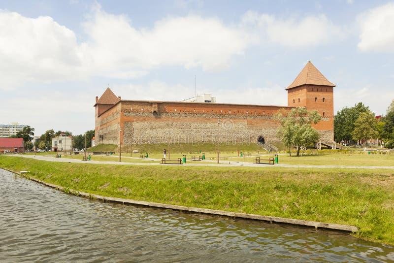 Vista del castillo de Gediminas del lago lida belarus fotografía de archivo