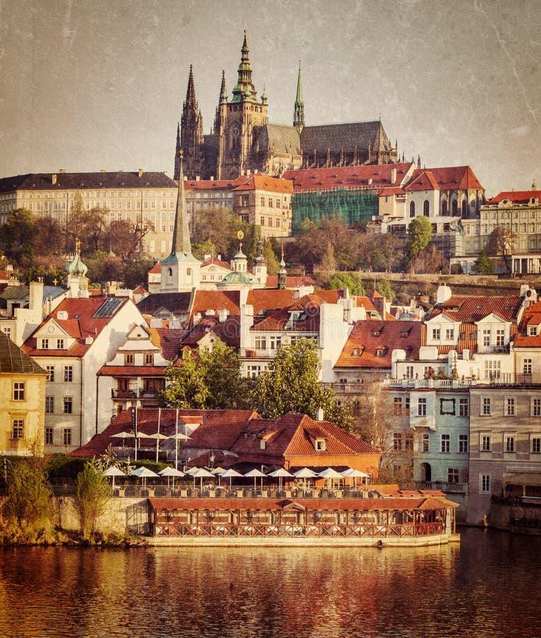 Vista del castillo de Mala Strana y de Praga sobre el río de Moldava imagen de archivo libre de regalías