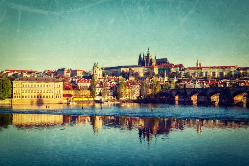 Vista del castillo de Mala Strana y de Praga sobre el río de Moldava foto de archivo libre de regalías