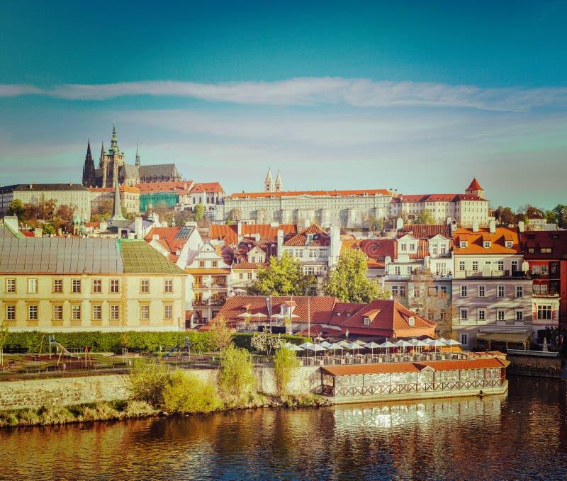 Vista del castillo de Mala Strana y de Praga sobre el río de Moldava imagenes de archivo