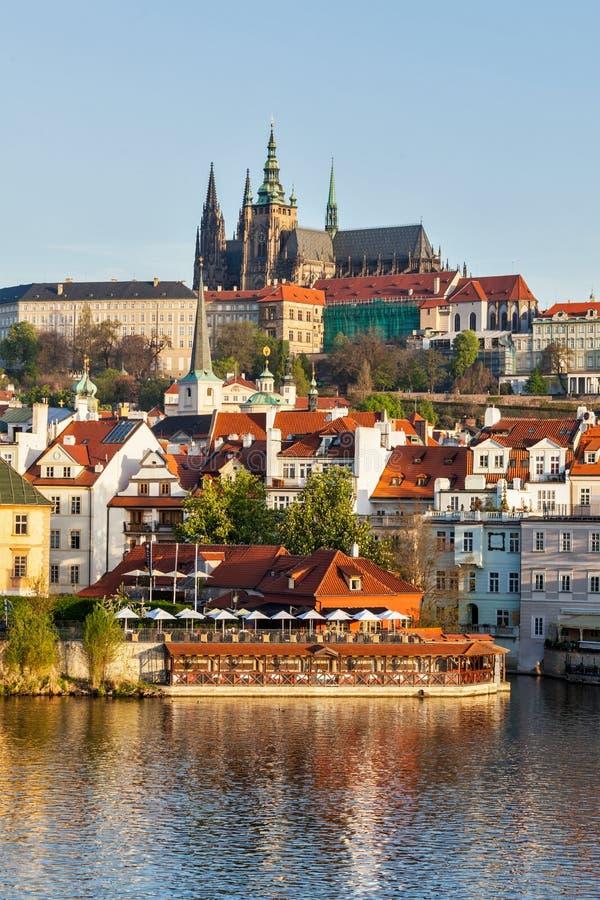Vista del castillo de Mala Strana y de Praga sobre el río de Moldava fotografía de archivo