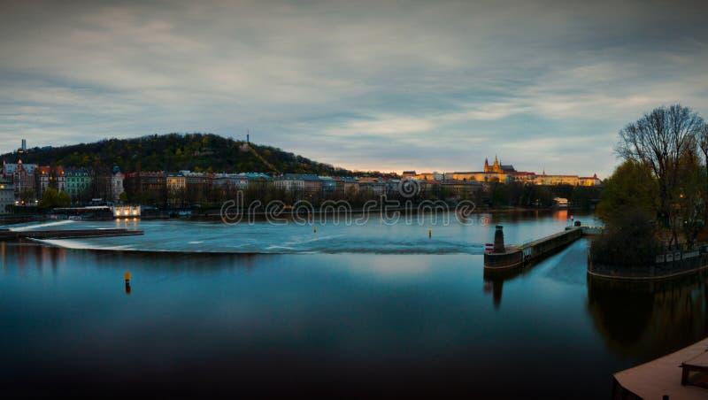 Vista del castillo de Mala Strana y de Praga sobre el río de Moldava fotografía de archivo libre de regalías