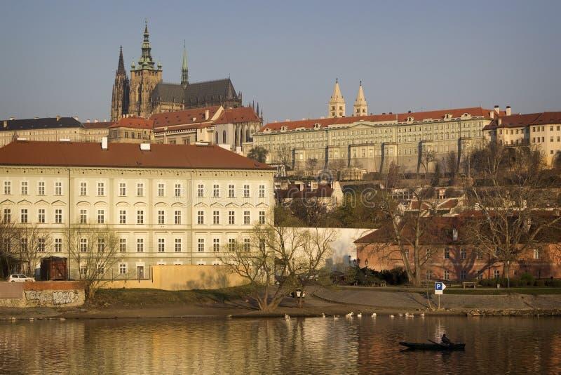 Vista del castillo de Mala Strana y de Praga sobre el río de Moldava Praga, imágenes de archivo libres de regalías