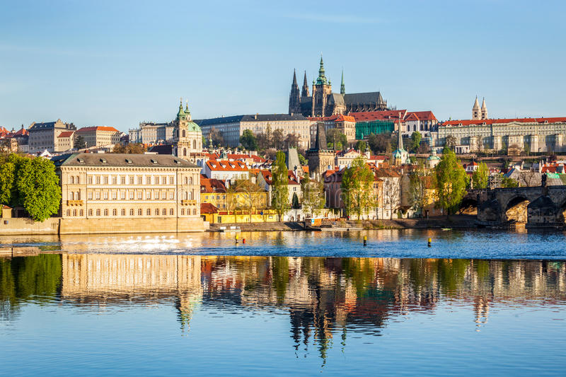 Vista del castillo de Mala Strana y de Praga sobre Moldava imagenes de archivo