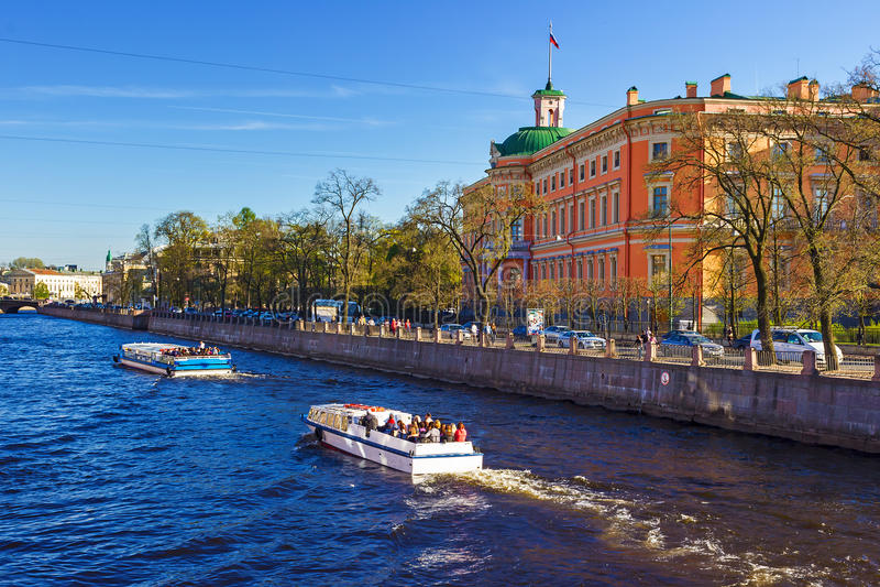 Vista del castillo de Mikhailovsky Terraplén del río Fontank imagen de archivo libre de regalías