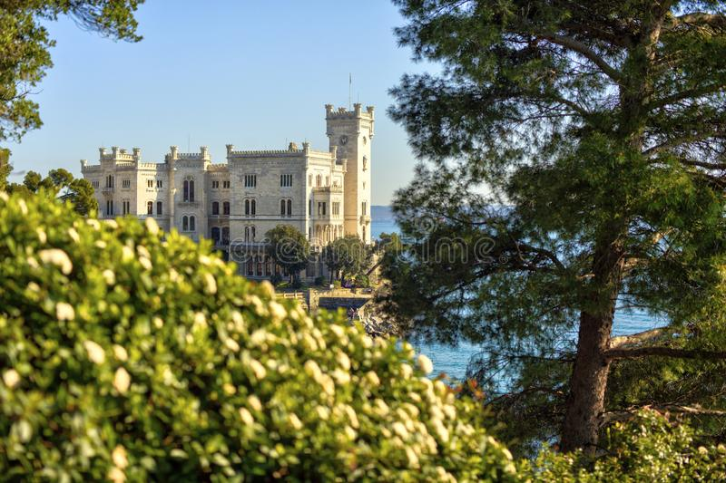 Vista del castillo de Miramare, Trieste imagen de archivo